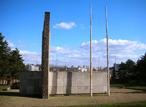cd7ce60de2 Világháborúban hazánkban meghalt Amerikai katonák temetője. Itt nincsenek  külön sírok, a nagy kert közepén egy emlékmű található.